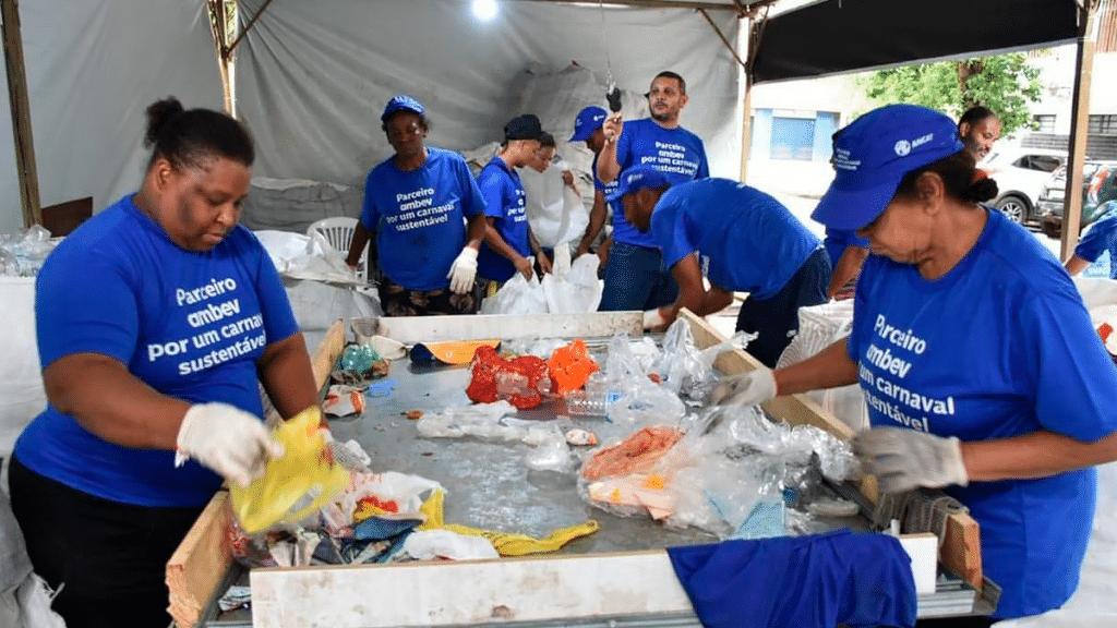 Ambev transforma lixo de carnaval em 2000 lixeiras
