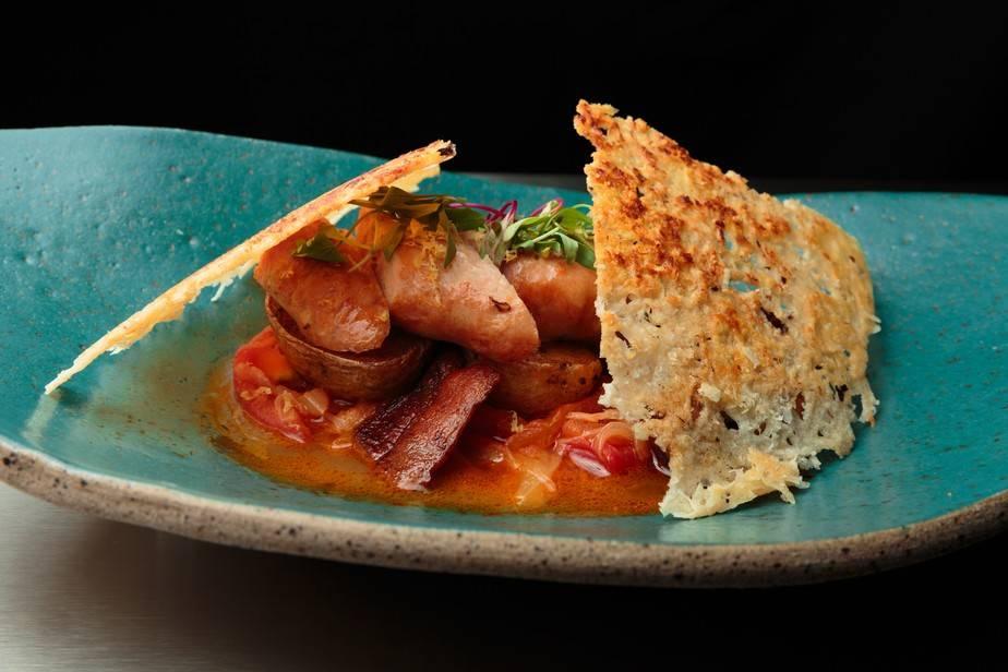 Linguiça, Molho Picante, Batata e Telha de Queijo Chef Francisco Pinheiro