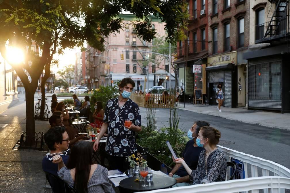 Covid-19: NY adiou a reabertura dos salões dos bares e restaurantes