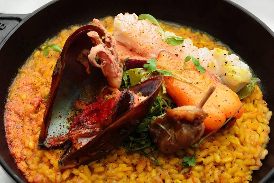 Paella de Cúrcuma Fresca do chef Kaywa Hilton