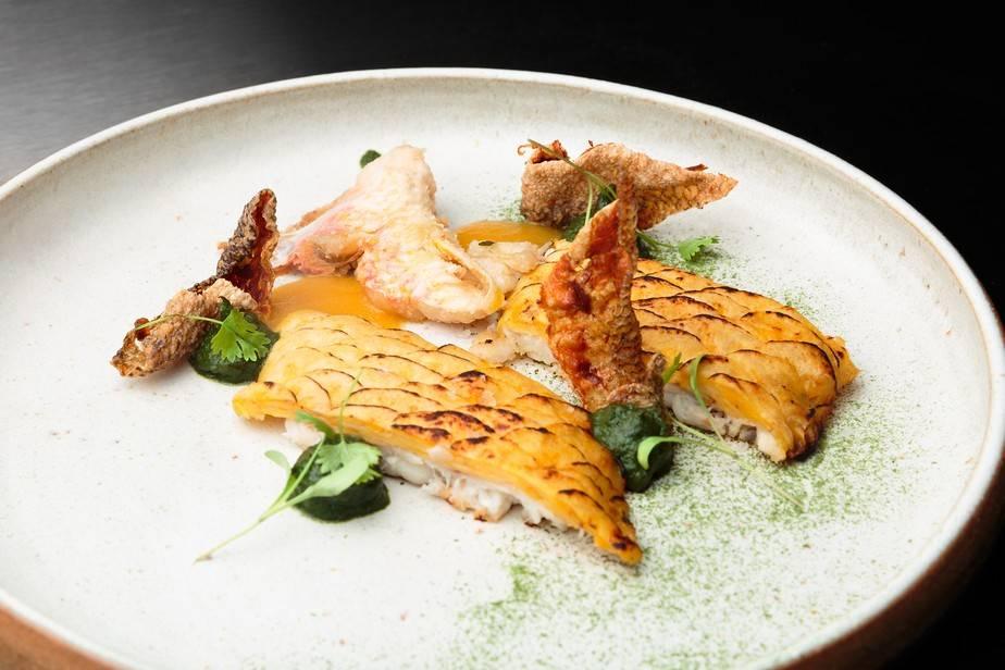 Peixe com Escamas de Banana, Limão Cravo e Taioba – chef Dário Costa