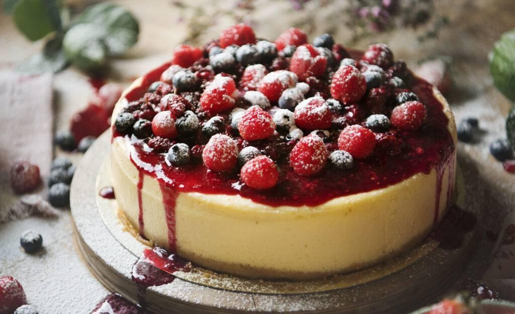 Receita de Fácil de Cheesecake com Calda de Frutas Vermelhas