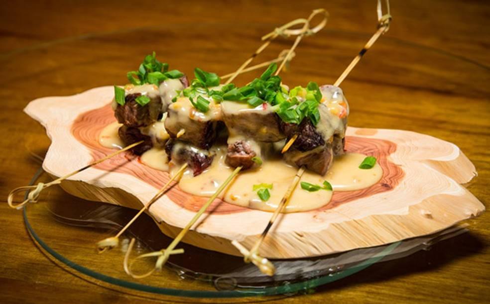 Espetinho de Carne ao Molho de Amendoim Picante – Chef Felipe Bronze