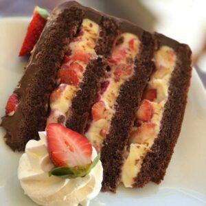 Receita de bolo de chocolate com brigadeiro branco e morando