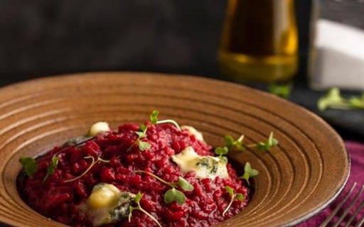 Risoto de beterraba com gorgonzola e brotos de rúcula